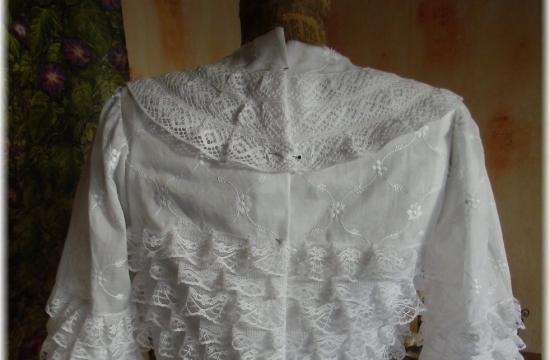 Detail šatů paní Sovové prolukaveckou expozici
