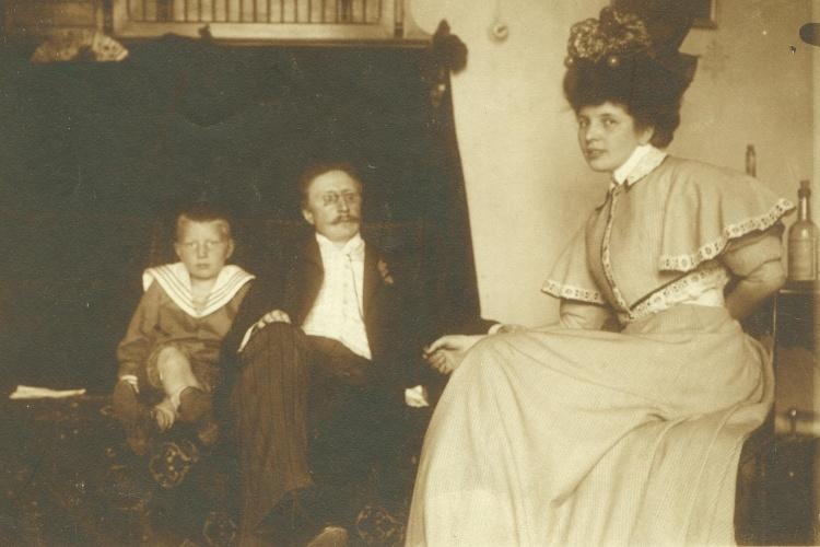 Rodina básníka Antonína Sovy - manželka Marie Sovová a syn Jan Sova