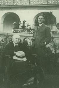 Básník Antonín Sova se synem Janem v Lukavci v létě 1924