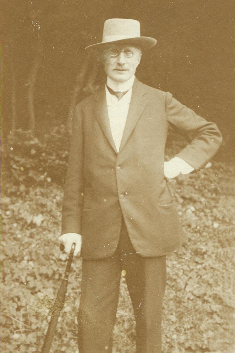 Básník Antonín Sova na konci 10. let 20. století v Černošicích